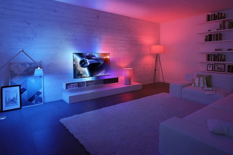 Philips Hue Lampen harmonieren perfekt mit der Ambilight-Funktion von Philips Smart TVs
